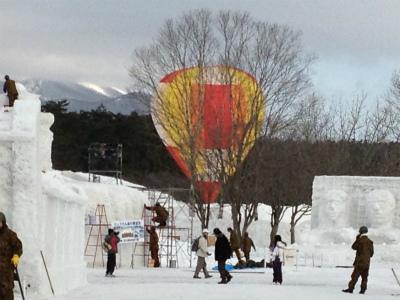 雪まつり会場からも熱気球が良く見えます